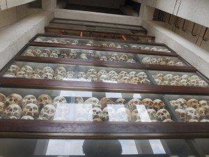 A l'intérieur du grand monument, 9000 crânes sur 3 millions de morts...